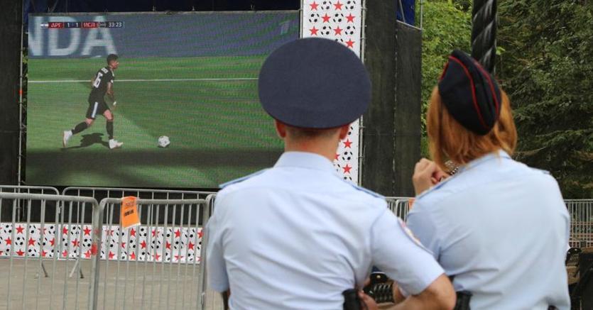 Due poliziotti guardano una partita del mondiale russo a Sebastopoli, in Crimea (Reuters)